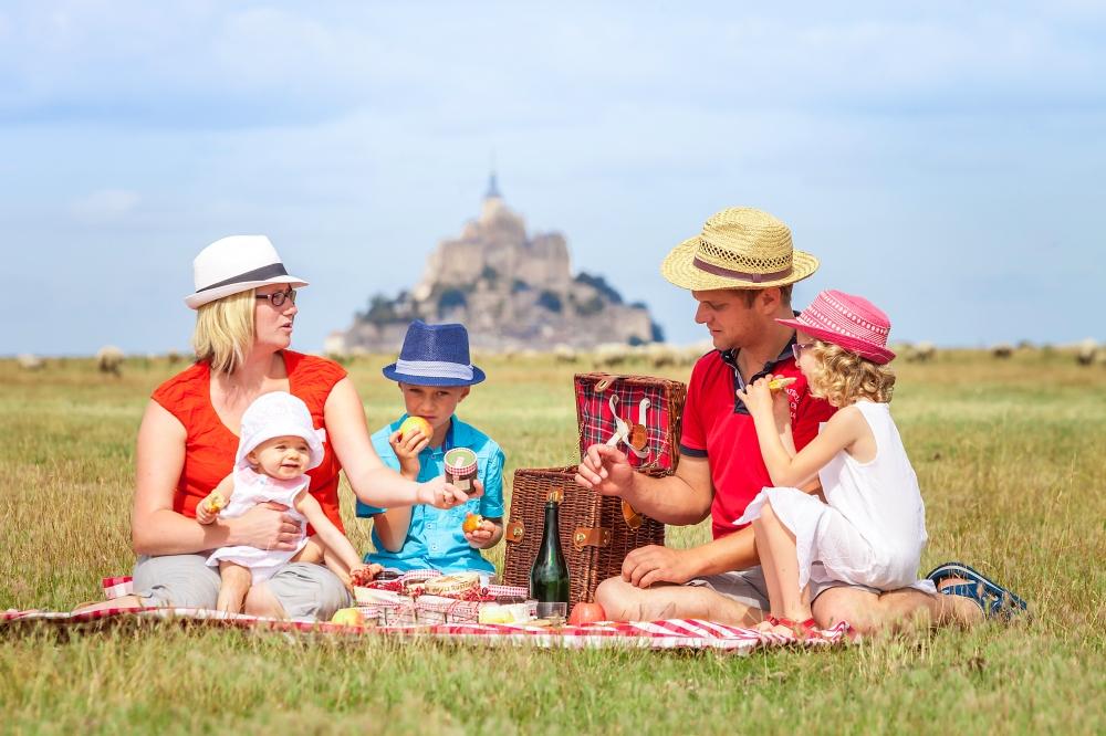 Pique-nique en famille devant le Mont-Saint-Michel © Sabina Lorkin Anibas Photography - CRT Normandie.jpg