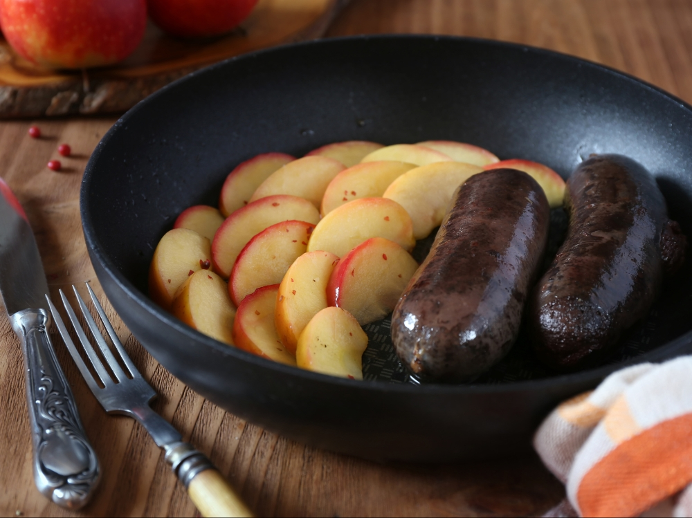 Fried blood sausage and apples